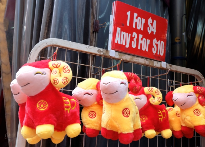 O bought this smily goat soft toy for her office's CNY decoration. She finds this soft toy too cute to be ignored ;)