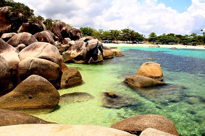 The rocky, white-sand beach of Pantai Tanjung Tinggi, filming site of the movie 'Laskar Pelangi' (Photo source: GIV/MB)